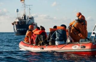 Akdeniz'de 19 gündür bekleyen düzensiz göçmenlerin...