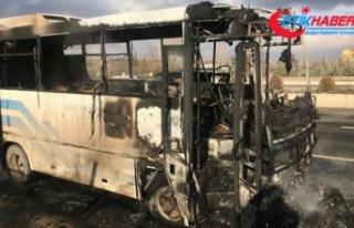 Ankara'da seyir halindeki özel halk otobüsü...