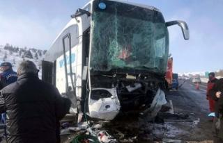 Ankara'da yolcu otobüsü TIR'a çarptı:...
