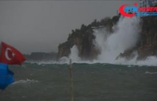 Antalya'da kuvvetli yağış ve fırtına etkili...