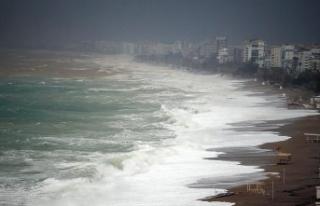 Antalya'da dev dalgalar