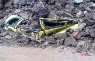 Bodrum'da iki yerde duvar çöktü, 4 otomobil...