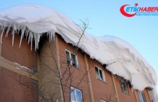 Çatıdan kar ve buz kütlesi düştü: 1 ölü