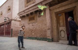 Çin'de kamu görevlileri Uygur ailelerin evlerine...