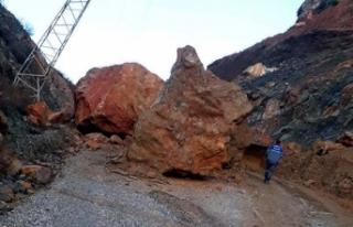 Dev kayaların düştüğü yol, ulaşıma kapandı
