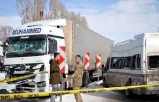 Erciş'te TIR ile yolcu minibüsü çarpıştı:...