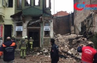 Fatih'te dün gece yanan bina çöktü
