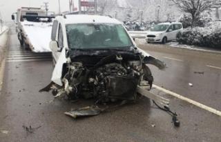 Hafif ticari araç ağaca çarptı; sürücü ile...