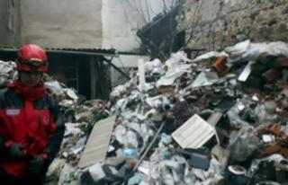 İzmir'de eski binada çökme; 1 kişi enkaz...