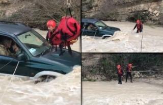 Kıbrıs'ta su basan karayolunda mahsur kalanlar...