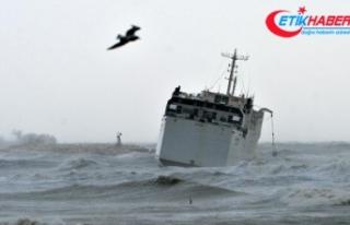 Mersin'de kargo gemisi karaya oturdu