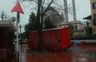 Ortaköy'de kamyon yoldaki çukura düştü