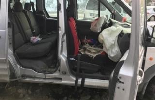 Otomobilin üzerine kaya parçası düştü: Yaralılar...