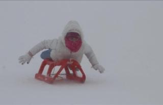 Tipiye rağmen kar keyfine devam