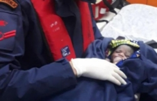 Umuda yolculukta donmak üzere olan bebek kurtarıldı