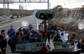 Yeşilovaspor'un seyir halinde olan otobüsüne...