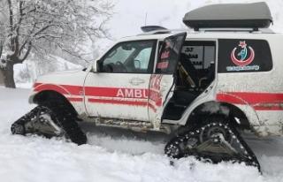 Yol kapanınca hasta çocuğa paletli ambulansla ulaştılar