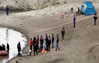 Ahmet, kıyısında kamp kurduğu baraj gölünde...