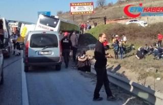 Balıkesir'de yolcu otobüsü tıra çarptı:...