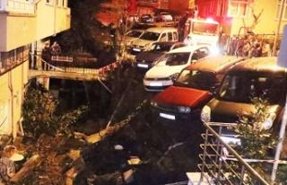 Beşiktaş'ta duvar çöktü, araçlar askıda...