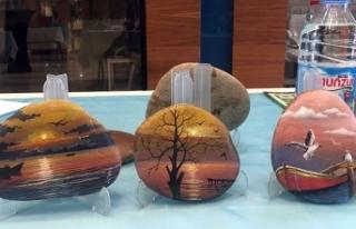 Çakıl taşlarına yaptığı minyatür tablolardan...