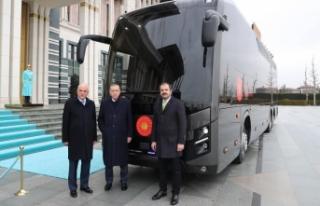 Erdoğan, Cumhurbaşkanlığına hediye edilen otobüsü...