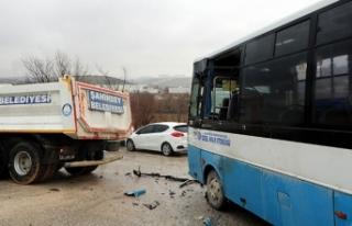 Gaziantep'te özel halk otobüsü kamyona çarptı:...