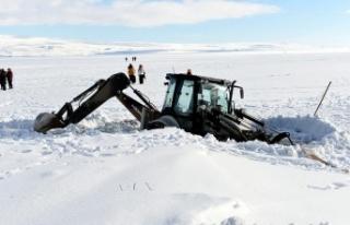 İş makinesi buzla kaplı gölde battı
