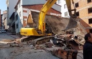 İş makinesinin üzerine yıkımını yaptığı...
