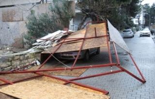 Kadıköy'de inşaat paravanları bir otomobilin...