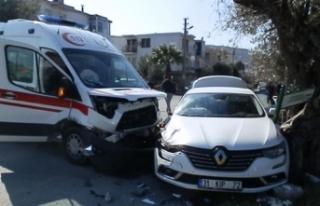 Kavşakta ambulansla otomobil çarpıştı: 2'si...