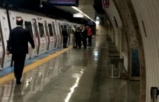 Metro istasyonunda raylara düşen kişi nedeniyle...