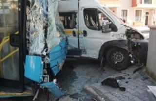 Öğrenci servisi ile halk otobüsü çarpıştı:...