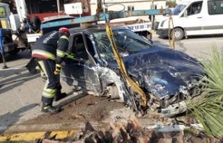 Otomobil ağaca çarptı; sürücü yaralı