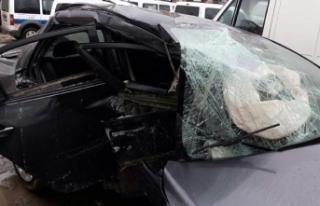 Otomobil beton bariyere çarptı; Onur yaralandı,...