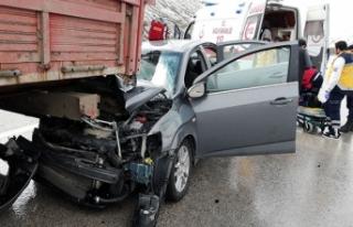 Otomobil TIR'a arkadan çarptı: 1 ölü, 4 yaralı