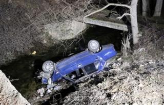 Otomobiliyle polisten kaçarken ekip otosuna çarpıp,...