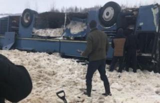 Rusya'da çocukları taşıyan otobüs takla attı:...