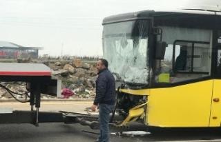 Servis minibüsü ile belediye otobüsü çarpıştı:...