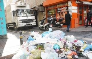 Şişli'de işçilerin grevi nedeniyle çöpler...