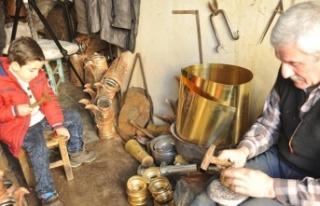 Suriyeli usta mesleğini 'bakırcılığın merkezi'nde...