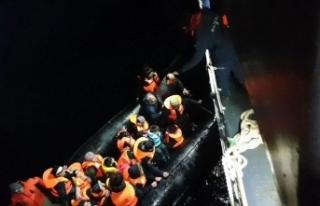 Sürüklenen bottaki düzensiz göçmenleri sahil...