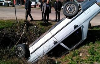 Takla atan araç çukura düştü