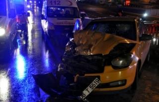 Taksi belediye temizlik aracına çarptı: 1'i...