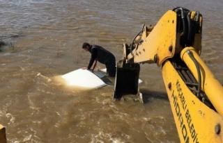 Taşkın suları otomobili yuttu, sürücü zor kurtuldu