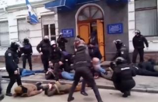 Ukrayna'da radikal milliyetçiler polis karakoluna...