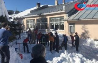 Uludağ'da çatıdaki kar kütlesi vatandaşların...