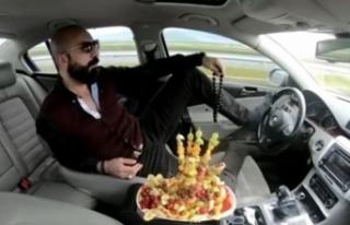 Ayağıyla otomobil kullanıp, meyve yiyen sürücüye...