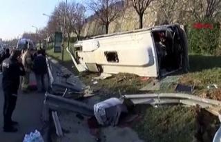 Bayrampaşa'da servis midibüsü devrildi: Yaralılar...