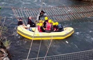 Düden Çayı'nda sürüklenen raftingcileri...